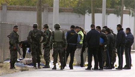 Security forces gather at the site where seven slain bodies were found in the border city of Ciudad Juarez, northern Mexico, November 25, 2008. REUTERS/Alejandro Bringas