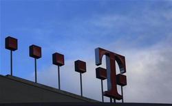 Логотип Deutsche Telekom на здании офиса компании в Бонне, 25 февраля 2010 года. Квартальная прибыль Deutsche Telekom совпала с ожиданиями экспертов, за счет чего компания смогла сохранить целевой прогноз прибыли на 2011 год. REUTERS/Ina Fassbender
