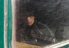 Трудовой мигрант за окном вагона в ожидании отправления поезда из Москвы в Таджикистан 7 октября 2011. Генпрокурор Таджикистана в четверг назвал беспочвенными упреки в несправедливости приговора пилотам, давшего российским властям повод потрафить набирающим вес националистам за три недели до парламентских выборов. REUTERS/Denis Sinyakov