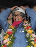 <p>Après 309 jours passés à 35 mètres au-dessus du sol, au sommet d'une grue dans le port de Busan, la militante syndicale sud-coréenne Kim Jin-suk est descendue jeudi de cette tribune insolite après avoir fait plier les chantiers navals qui ont accepté de réintégrer d'ici un an 94 employés licenciés. /Photo prise le 10 novembre 2011/REUTERS/Oh Su-hee/Yonhap</p>