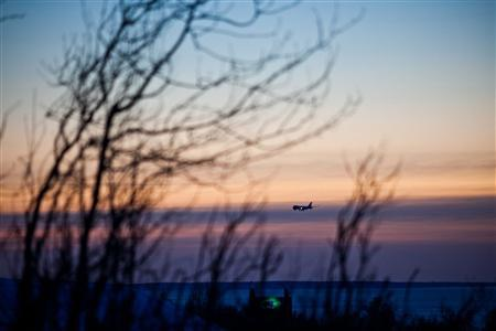 A passenger plane approaches Ted Stevens Anchorage International Airport on a cold and clear day in Achorage, Alaska, November 8, 2011. Several flights to villages in northwest Alaska were cancelled as an ''epic'' storm was bearing down on western Alaska on Tuesday, the National Weather Service said, warning that it could be one of the worst on record for the state.  REUTERS/Nathaniel Wilder
