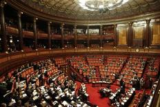 Итальянский Сенат во время голосования, Рим, 11 ноября 2011 года. Итальянский Сенат одобрил новый закон о бюджете в пятницу и передаст его на согласование в нижнюю палату парламента в субботу. REUTERS/Stefano Rellandini