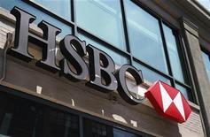"""Логотип HSBC у входа в отделение банка в Нью-Йорке 1 августа 2011 года. Крупнейший банк Европы HSBC Holdings Plc """"закачал"""" 2,8 миллиарда юаней ($441 миллион) в китайское подразделение, подчеркивая усиление важности китайского рынка для банка в период сокращения рабочих мест в других регионах. REUTERS/Shannon Stapleton"""