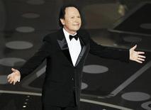 """Билли Кристал стоит на сцене во время 83-й церемонии вручения премии """"Оскар"""" в Голливуде, 27 февраля 2011 года. Организаторы вручения премии """"Оскар"""" снова доверили право вести церемонию известному американскому комику Билли Кристалу. REUTERS/Gary Hershorn"""