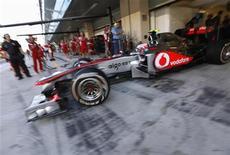 Piloto da McLaren, Jenson Button, durante segunda sessão de treino para o Grande Prêmio de Abu Dhabi. Button ditou o ritmo na sexta-feira no primeiro treino livre para o GP de Abu Dhabi da Fórmula 1, enquanto Sebastian Vettel regressou de forma discreta ao circuito onde se tornou, no ano passado, o mais jovem campeão da história da categoria. 11/11/2011 REUTERS/Hamad I Mohammad