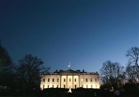 The White House is seen at dusk prior to U.S. President Bush's address on his Iraq policy in Washington, January 10, 2007.  REUTERS/Jim Young