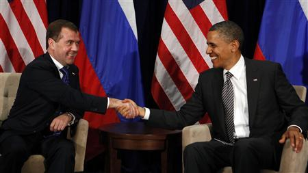 U.S. President Barack Obama shakes hands with Russian President Dmitry Medvedev during the APEC Summit in Honolulu, Hawaii November 12, 2011.          REUTERS/Larry Downing