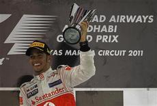 O britânico Lewis Hamilton, da McLaren, venceu o Grande Prêmio de Abu Dhabi neste domingo, após o bicampeão Sebastian Vettel, da Red Bull, abandonar a prova pela primeira vez em mais de um ano. REUTERS/Hamad I Mohammed