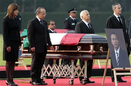 Mexican President Felipe Calderon (2nd L), his wife Margarita Zavala (L) stands guard to honour next to coffin of Mexico's Interior Minister Francisco Blake during his funeral ceremony in Mexico City November 12, 2011. REUTERS/Henry Romero