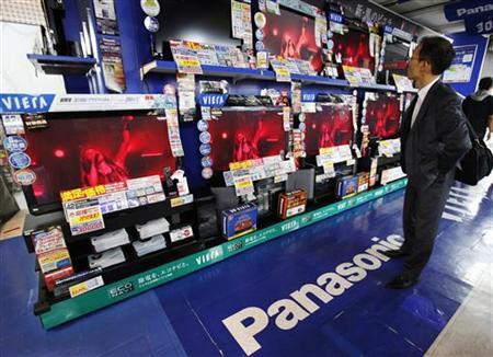 A man looks at Panasonic Corp's Viera televisions displayed at an electronics store in Tokyo October 31, 2011.  REUTERS/Yuriko Nakao