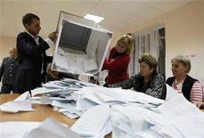 Члены избирательной комиссии выкладывают бюллетени на избирательном участке в Цхинвале, 13 ноября 2011 года. Отколовшийся от Грузии и поддерживаемый Россией регион Южная Осетия в понедельник объявил о предстоящем втором туре выборов президента, в который после воскресного голосования вышли два кандидата. REUTERS/Eduard Korniyenko