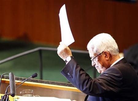 Palestinian Authority president Mahmoud Abbas hands a letter to United Nations Secretary General Ban Ki-Moon requesting Palestinian statehood at the 66th United Nations General Assembly at U.N. headquarters in New York, September 23, 2011.REUTERS/Eric Thayer
