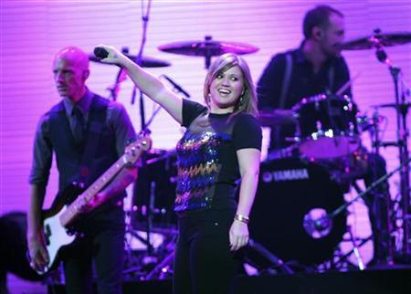 Singer Kelly Clarkson (C) performs during the first day of the iHeartRadio Music Festival at the MGM Grand Garden Arena in Las Vegas, Nevada September 23, 2011. REUTERS/Steve Marcus