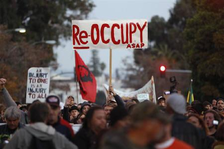 Demonstrators march toward the Frank H. Ogawa plaza after authorities moved in and evicted Occupy Oakland's encampment in Oakland, California November 14, 2011. REUTERS/Stephen Lam
