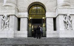Вход в здание Миланской фондовой биржи. Фотография сделана 8 ноября 2011 года. Европейские рынки акций открылись снижением во вторник из-за растущих опасений, что повышение доходности облигаций некоторых стран еврозоны повлияет на их способность заимствовать деньги и усилит долговой кризис региона. REUTERS/Alessandro Garofalo