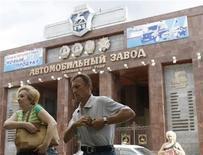 Рабочие выходят с завода ГАЗа в Нижнем Новгороде 17 июня 2009 года. Крупнейший производитель легких коммерческих автомобилей в РФ Группа ГАЗ получила чистую прибыль по МСФО в 1,5 миллиарда рублей в первом полугодии 2011 года против убытка 0,5 миллиарда годом ранее, сообщил журналистам во вторник президент компании Бу Андерссон. REUTERS/Denis Sinyakov
