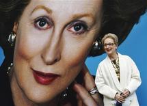 """A atriz Meryl Streep posa para fotos após lançar o pôster para seu filme """"A Dama de Ferro"""" em frente ao Parlamento, em Londres. O filme sobre a vida da ex-premiê britânica Margaret Thatcher foi descrito por um crítico como """"magnífico"""". 14/11/2011    REUTERS/Luke MacGregor"""