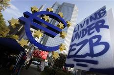 Плакат в палаточном лагере участников акции протеста возле штаб-квартиры ЕЦБ во Франкфурте-на-Майне, 18 октября 2011 года. Европейский Центробанк вдвое сократил покупки гособлигаций еврозоны на прошлой неделе, несмотря на сигналы тревоги, идущие от госдолга Италии, после того как уровень доходности 10-летних бумаг достиг исторического рекорда в 7,5 процента. REUTERS/Kai Pfaffenbach