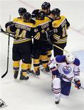 """Игроки """"Бостона"""" празднуют шайбу, заброшенную в ворота """"Эдмонтона"""" в матче НХЛ в Бостоне 10 ноября 2011 года. Действующий обладатель Кубка Стэнли """"Бостон"""" в пятницу праздновал успех в четвертой игре кряду - со счетом 6-3 был обыгран """"Эдмонтон"""". REUTERS/Brian Snyder"""
