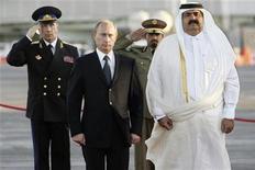 Президент России Владимир Путин и эмир Катара Хамад бин халифа аль-Тани осматривают почетный караул, построенный в ознаменование прибытия главы российского государства в Доху. Фотография сделана 12 февраля 2007 года. Катар рассматривает возможность приобретения доли в российской газовой компании Новатэк, сказал во вторник министр энергетики Катара Мохаммед аль-Сада. REUTERS/Itar-Tass/PRESIDENTIAL PRESS SERVICE