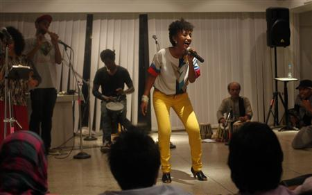 Alsarah, a member of the hip-hop troupe FEW Collective, performs during a concert organized by the U.S. embassy in Islamabad November 14, 2011.   REUTERS/Faisal Mahmood