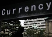 Здание Банка Японии в Токио, 29 сентября 2010 года. Банк Японии оставил монетарную политику без изменений в среду, но понизил оценку экономики и предупредил о негативных последствиях европейского долгового кризиса, давая понять, что готов смягчить политику снова, если риски для восстановления страны увеличатся. REUTERS/Yuriko Nakao