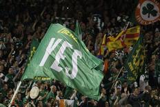 Болельщики сборной Ирландии размахивают флагами во время матча против команды Эстонии в Дублине 15 ноября 2011 года. Сборная Ирландии по итогам двух стыковых матчей уверенно переиграла Эстонию и завоевала путевку в финальную часть одного из двух главных международных турниров впервые за десятилетие. REUTERS/Eddie Keogh