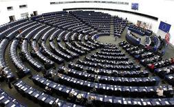 Члены Европарламента участвуют в дебатах об управлении экономикой на заседании в Страсбурге 16 ноября 2011. Еврозону охватил системный кризис, разрешить который поможет только более глубокая заинтересованность всех стран, сообщил в среду председатель Еврокомиссии Жозе Мануэл Баррозу. REUTERS/Vincent Kessler