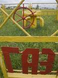 """Металлическая изгородь с надписью """"Газ"""" вокруг вентиля газопровода под Минском 22 июня 2010. Москва в среду опровергла сообщения о том, что договорилась с Киевом о цене на газ, снижение которой критически важно для украинской экономики, чья конкурентоспособность зависит от экспорта. REUTERS/Vladimir Nikolsky"""