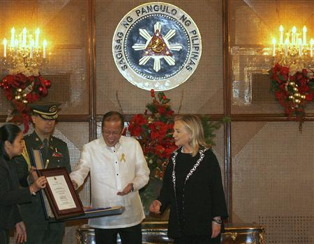 Philippine President Benigno Aquino (2nd R) confers the ''Order of Lakandula with Rank of Bayani'' (Rank of Hero) to United States Secretary of State Hillary Clinton during her visit at the Malacanang palace in Manila November 16, 2011. Clinton is in the Philippines for a two-day visit.     REUTERS/Cheryl Ravelo