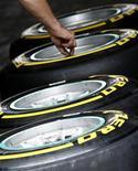 Técnico da Pirelli trabalha com pneus em recinto do circuito Hungaroring, em Budapeste. A Pirelli descartou a possibilidade de que uma falha estrutural em seu pneu tenha causado o acidente com o campeão mundial Sebastian Vettel logo após a largada do Grande Prêmio de Abu Dhabi no fim de semana. 28/07/2011   REUTERS/Leonhard Foeger