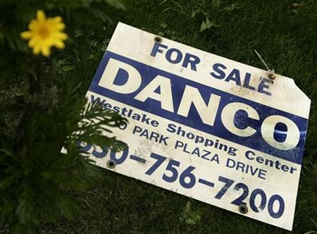 A sign advertising a home for sale lies on the ground outside a home in Pacifica, California December 31, 2008. REUTERS/Robert Galbraith