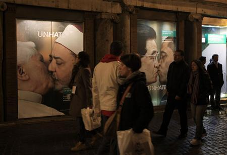 People stroll in front of the Benetton store in downtown Rome November 16, 2011.  REUTERS/Stefano Rellandini