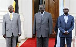 Uganda's President Yoweri Museveni (L), his Kenyan counterpart Mwai Kibaki and Somalia's President Sheikh Sharif Ahmed (R) attend a joint news conference on the security situation in Somalia at the State House in Kenya's capital Nairobi, November 16, 2011. REUTERS/Thomas Mukoya