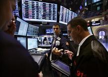 Трейдеры работают в торговом зале фондовой биржи на Уолл-стрит в Нью-Йорке, 14 ноября 2011 года. Фондовые индексы США завершили торги среды снижением на фоне усиления продаж в конце торговой сессии из-за предупреждений политиков о более серьезных последствиях долгового кризиса еврозоны. REUTERS/Brendan McDermid