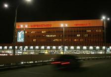 Автомобиль приближается в терминалу аэропорта Шереметьево 2 декабря 2006 года. Власти РФ и владельцы аэропортового комплекса в московском Шереметьево договорились завершить консолидацию активов и Терминала D до конца этого года, сообщило Минэкономразвития. REUTERS/Alexander Natruskin