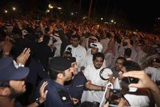 Демонстранты штурмуют здание парламента в Кувейте, 16 ноября 2011 года. Десятки из сотен демонстрантов, призывавших уйти в отставку премьер-министра Кувейта шейха Нассера аль-Мохаммада, взяли штурмом здание парламента страны вечером в среду, сообщили местные СМИ и очевидцы. REUTERS/Stringer