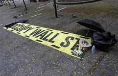 """Плакат в Зуккотти-парк, где почти два месяца располагался лагерь активистов движения """"Оккупируй Уолл-стрит"""". Фотография сделана в Нью-Йорке 16 ноября 2011 года.  Выселенные из нью-йоркского парка активисты движения """"Оккупируй Уолл-стрит"""" рассчитывают взять реванш и провести в четверг масштабный митинг около Нью-Йоркской фондовой биржи, показав таким образом, что война против сверхдоходов капиталистов не закончена. REUTERS/Shannon Stapleton"""