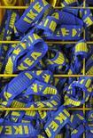 Сумки для покупателей IKEA в лондонском магазине шведского ритейлера 15 октября 2010.  IKEA хочет как минимум удвоить количество магазинов в столице России, где крупнейший в мире продавец мебели столкнулся с коррупцией и бюрократическими барьерами, поставившими под сомнение расширение бизнеса. REUTERS/Toby Melville
