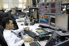 Трейдеры в московском офисе Альфа-банка. Фотография сделана 18 сентября 2008 года. Торги на российском фондовым рынке в четверг были очень волатильными, и индексы несколько раз меняли знак, находясь по-прежнему вблизи уровня закрытия среды. REUTERS/Denis Sinyakov
