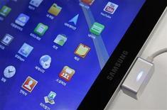 <p>Una tableta Galaxy Tab 10.1 de Samsung en la sede de la firma en Seúl, oct 14 2011. Samsung Electronics dijo el jueves que esta semana va a lanzar una versión rediseñada de su tableta Galaxy Tab 10.1 en Alemania para evitar la prohibición de la venta del dispositivo, que un tribunal alemán aseguró que violaba patentes de Apple. REUTERS/Jo Yong-Hak</p>