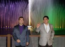 Президенты России (слева) и Туркмении на встрече в Туркменбаши 21 октября 2010.  Туркмения ведет переговоры с мировыми компаниями, готовыми оказать помощь в укладке внутреннего газопровода от второго по величине месторождения в мире ради будущих поставок в Европу, сказал в четверг один из топ-менеджеров туркменского ТЭК. REUTERS/Ria Novosti/Kremlin/Dmitry Astakhov