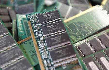 Toshiba's used-memory chips are seen at an electronics shop in Tokyo November 9, 2010.   REUTERS/Kim Kyung-Hoon