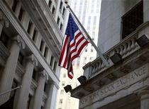 Американский флаг над входом в здание Нью-Йоркской фондовой биржи 7 июля 2011 года. Уолл-стрит снизилась в четверг, так как инвесторы испугались неожиданного провала индекса S&P ниже ключевого технического уровня 1.225 пунктов, вызванного опасениями о европейских долговых проблемах. REUTERS/Brendan McDermid