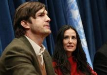 Актеры Деми Мур (справа) и Эштон Катчер выступают на конференции в штаб-квартире ООН в Нью-Йорке, 4 ноября 2010 года. Звезды кино и телевидения Деми Мур и Эштон Катчер объявили о расставании после шести лет брака. REUTERS/Brendan McDermid