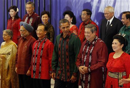 President Obama, flanked by Chinese Premier Wen Jiabao and Indonesian President Susilo Bambang Yudhoyono, poses with other East Asia Summit leaders before a gala dinner in Bali, November 18, 2011.     REUTERS/Larry Downing