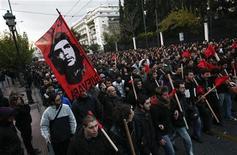 """Марш протеста к посольству США в Афинах 17 ноября 2011 года. Недовольство греков политическим классом столь велико, что если бы на досрочных парламентских выборах 19 февраля в бюллетенях значился кандидат """"против всех"""", он набрал бы больше всего голосов. REUTERS/Panayiotis Tzamaros"""