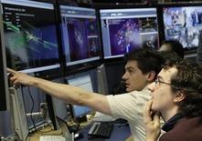 <p>Foto de archivo de unos científicos en el laboratorio del CERN en Meyrin, Suiza, mar 30 2011. Un nuevo experimento parece haber ofrecido nuevas pruebas de que Einstein podría haberse equivocado al decir que nada podía ir más deprisa que la velocidad de la luz, una teoría en la que se basa el pensamiento moderno sobre el funcionamiento del universo. REUTERS/Denis Balibouse</p>