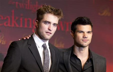Cast members Robert Pattinson (L) and Taylor Lautner pose before the German premiere of the movie ''Twilight Saga: Breaking Dawn'' in Berlin November 18, 2011. REUTERS/Thomas Peter