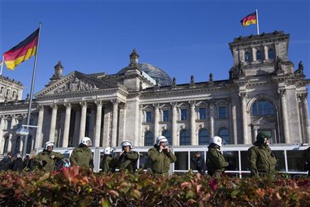 Police guard Berlin's Reichstag building during an Occupy Berlin protest denouncing current banking and financial industry practices, October 22, 2011.  REUTERS/Thomas Peter
